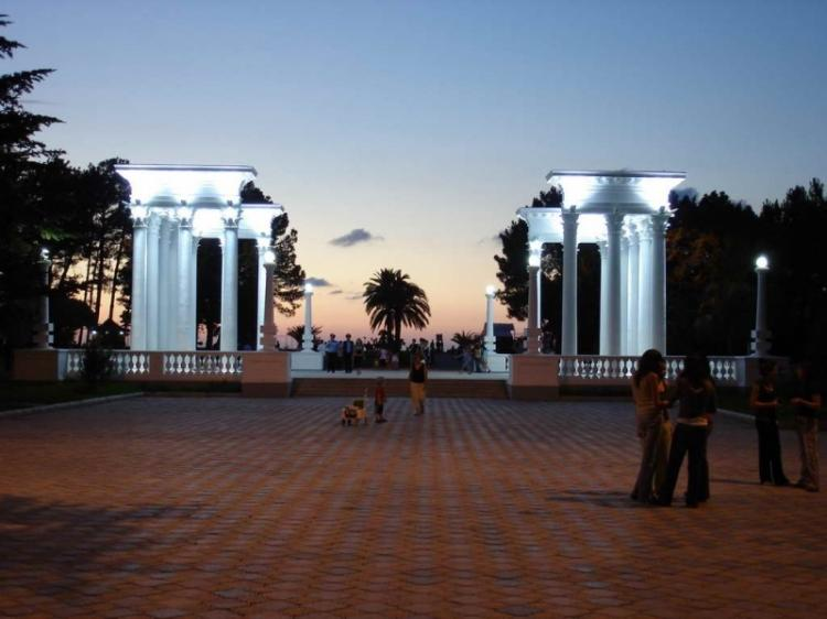 Ночь, бульвар, колоннада...