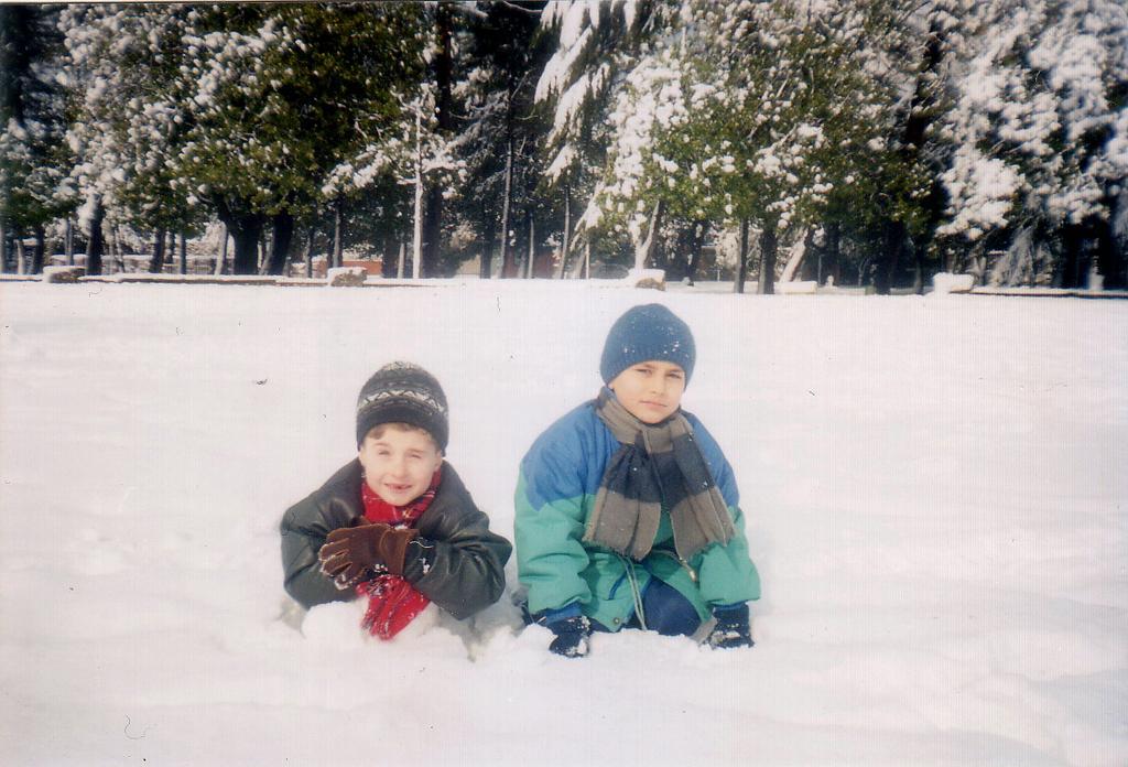 Тимка и Мишка в снегу. Батуми, зима-2004