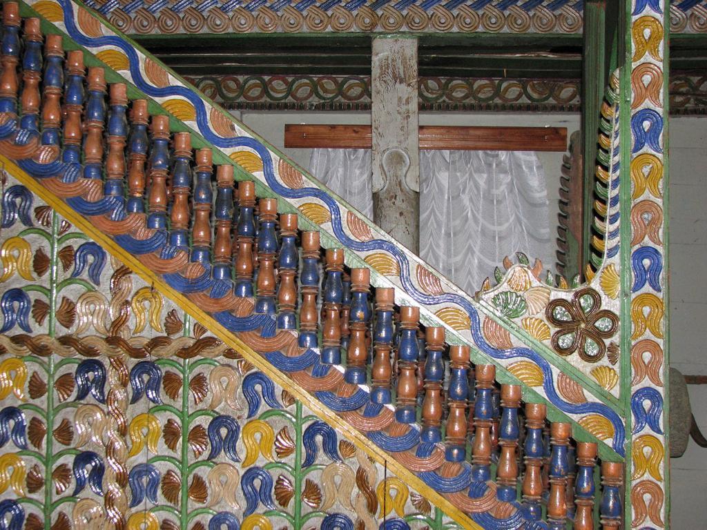 Орнамент и резная лестница