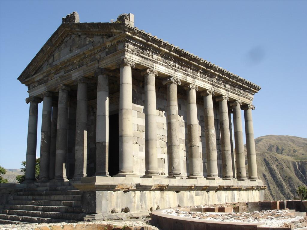 Языческий храм Гарни построенный в 76 году!