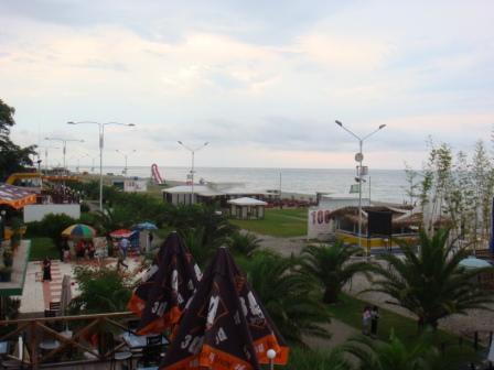 вид из 3-этажного кафе на пляж (продолжение ул. Шаумяна)