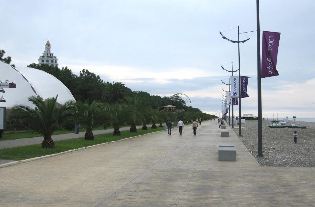 Пальмовая аллея на Бульваре вдоль пляжа