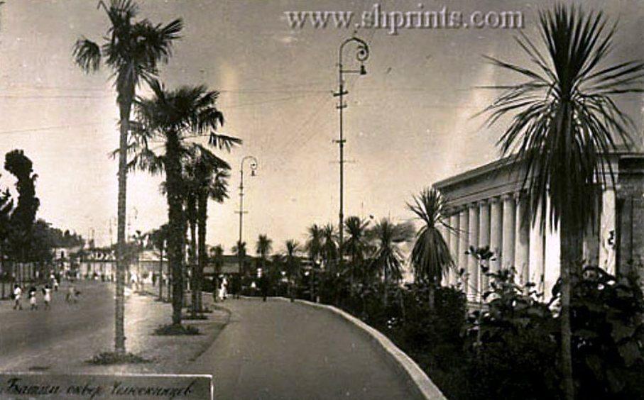"""08071109   30-е годы,Набережная.Справа здание Капитана порта,которое в  XXI веке станет составной частью кафе """"Санапиро"""""""