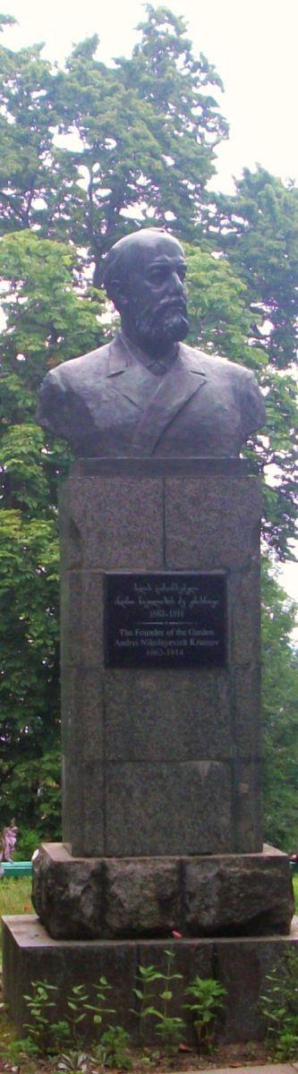 000ff4kr    Памятник основателю Батумского ботанического сада А.Н.Краснову на Зеленом мысе